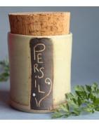 Pots à épices en céramique artisanale.